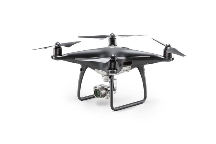 El Phantom 4 Pro Obsidian+ (Con pantalla) de DJI, es un dron compacto con una calidad de imagen increible. Una cámara mejorada equipada con un sensor de 20 megapíxeles de 1 pulgada capaz de grabar vídeo en 4K / 60 fps e tomar imágenes en ráfaga a 14 fps. Al elegir una aleación de titanio y otra de magnesio se incrementa la rigidez del cuerpo y se reduce el peso haciendo que el peso del Phantom 4